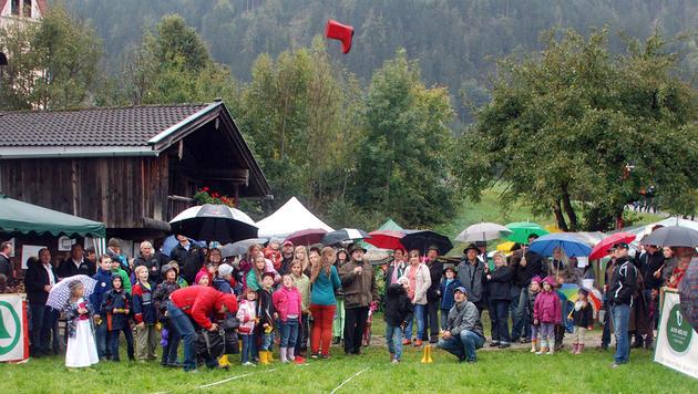 Tiroler ist Meister im Gummistiefel-Weitwurf (Bild: APA/REITER)