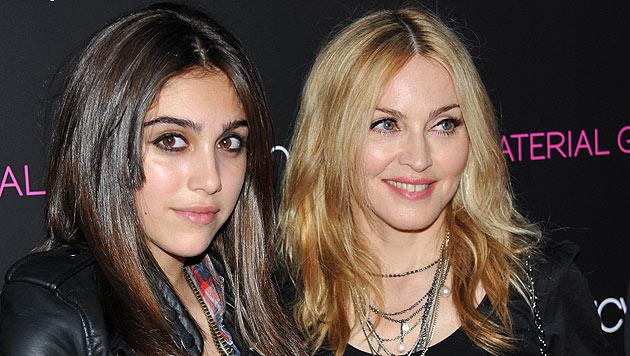 Lourdes: Bloß schnell weg von Mama Madonna! (Bild: AP)