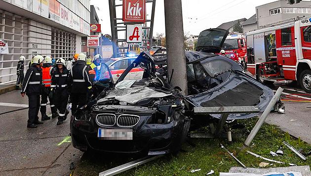 Sbg: Pkw rast gegen Säule - 2 Tote und 2 Schwerverletzte (Bild: Markus Tschepp)