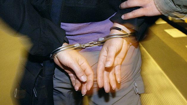 Grazerin (49) stürmt mit Lanze auf Polizisten los (Bild: APA/dpa/Steffen Kugler (Symbolbild))