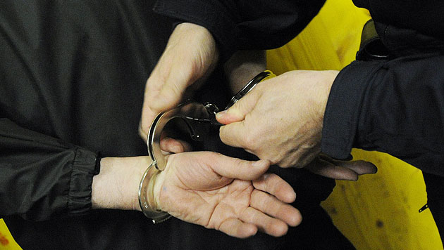 Raubversuch an eigener Großmutter - Enkel in Haft (Bild: APA/HELMUT FOHRINGER (Symbolbild))