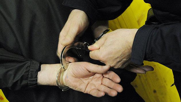 Überfall auf Wettlokal geklärt: 3 Männer verhaftet (Bild: APA/HELMUT FOHRINGER (Symbolbild))