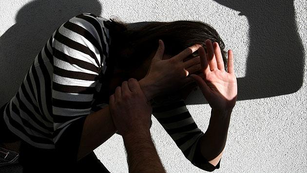 Geprügelte Mutter floh mit Baby: Beihilfe gestoppt (Bild: APA/HANS KLAUS TECHT (Symbolbild))