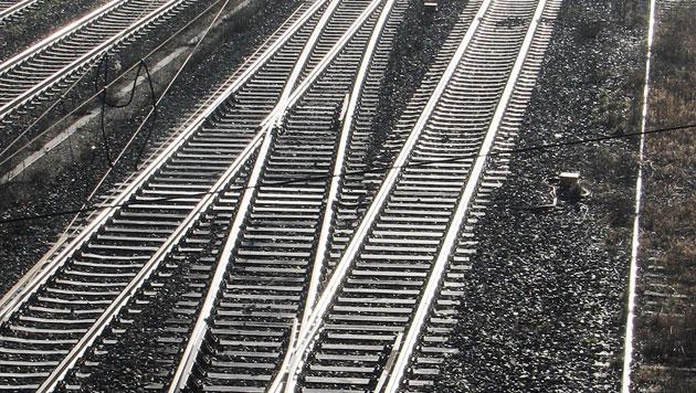 Güterzug überrollt Pensionistin - Füße im Spital amputiert (Bild: dpa/Peter Förster (Symbolbild))