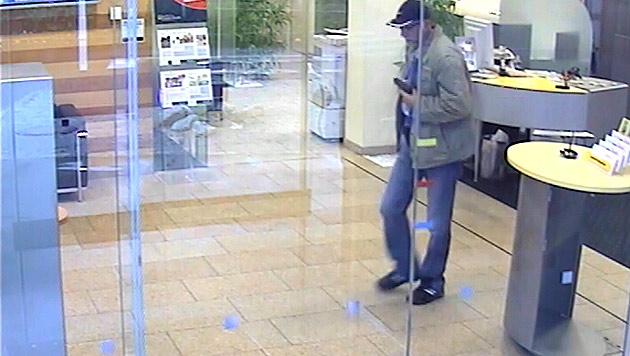 Bankräuber in Linz sprach Englisch und flüchtete mit Dollar (Bild: Sicherheitsdirektion Oberösterreich)