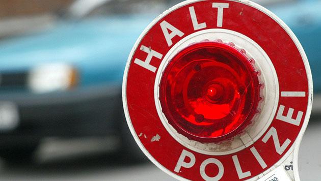 Betrunkene rast Polizei mit über 240 km/h davon (Bild: APA/dpa/Jens Wolf (Symbolbild))