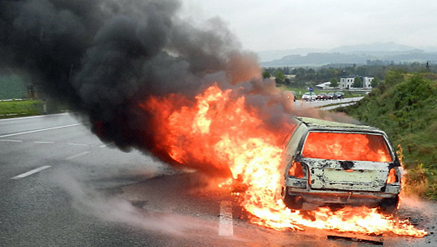 Pkw-Lenkerin rettet sich in NÖ aus brennendem Wagen (Bild: einsatzdoku.at)