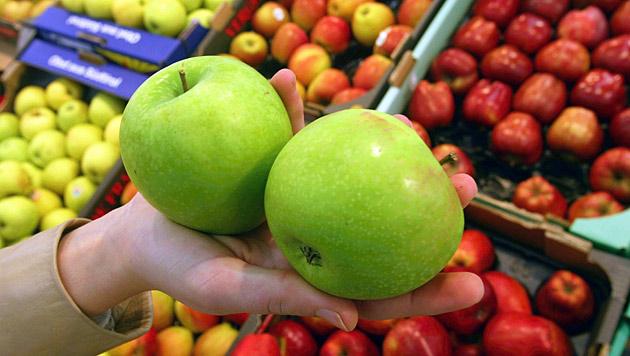 Frau kauft zwei iPhones und bekommt nur Äpfel (Bild: dpa/Gero Breloer)