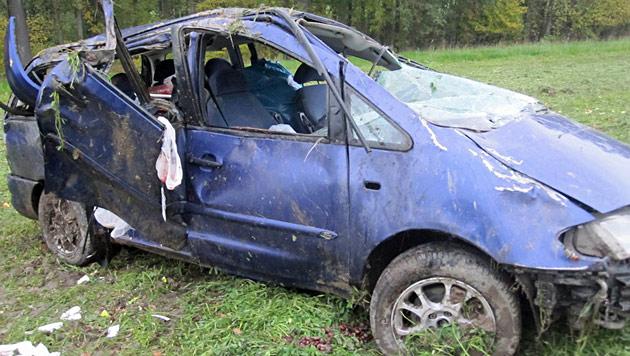 Sechs Menschen bei Pkw-Überschlag in OÖ verletzt (Bild: APA/FF WALCHSHAUSEN/BRÜCKL)