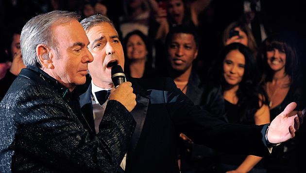 "Clooney intoniert mit Neil Diamond ""Sweet Caroline"" (Bild: AP)"