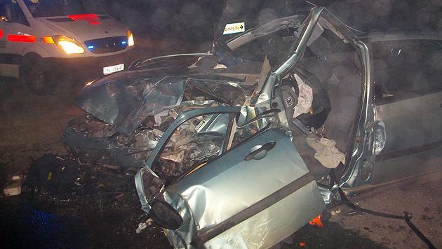 Lenkerin (57) stirbt bei Frontalkollision in Autowrack (Bild: FF Wullersdorf)