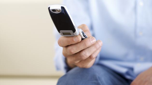 Männer können Finger nicht vom Smartphone lassen (Bild: thinkstockphotos.de)