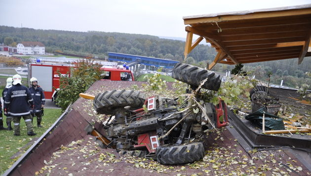 Geister-Traktor stürzt in OÖ auf Garagendach (Bild: FF Steyregg)