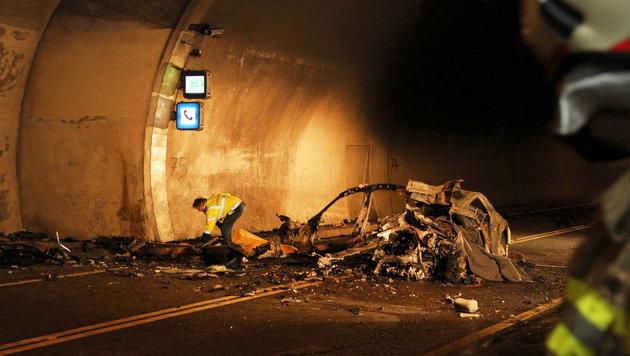 Auto kracht gegen Tunnel-Nische und fängt Feuer: 2 Tote (Bild: APA/FMT-Pictures)