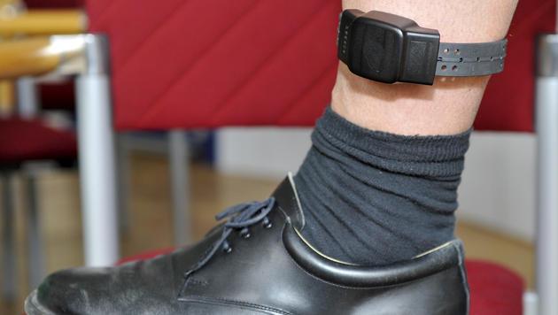 Fußfessel: Manche kehren freiwillig in Haft zurück (Bild: APA/HERBERT NEUBAUER)
