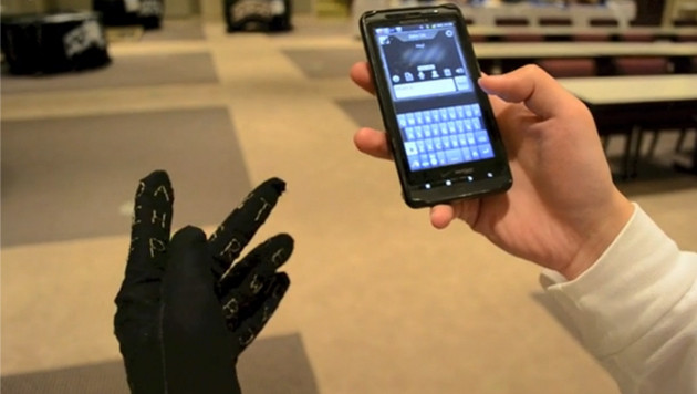 Tastaturhandschuh erleichtert Tippen auf Smartphones (Bild: Screenshot: gauntletkeyboard.com)