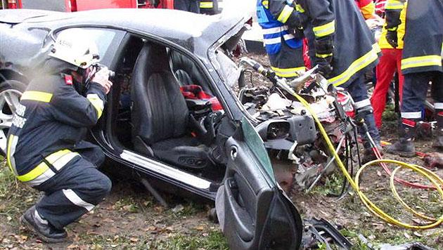 Vater und Sohn (6) bei Autounfall teils schwer verletzt (Bild: Freiwillige Feuerwehr Raasdorf)
