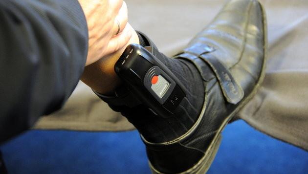 Fußfessel bisher in rund 1.800 Fällen genehmigt (Bild: dpa/Carsten Rehder)