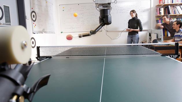 Roboter lernt selbstständig Tischtennis spielen (Bild: Axel Griesch/MPG, München)