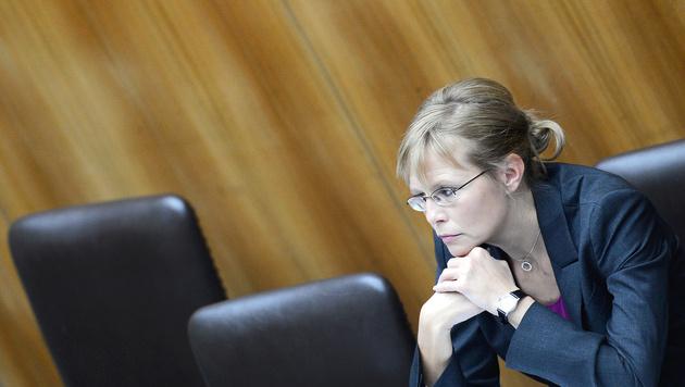"Justizministerin Karl mit 87 Fragen ""bombardiert"" (Bild: APA/ROBERT JAEGER)"