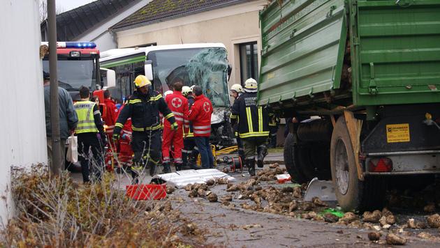 Sieben Verletzte bei Kollision von Traktor mit Schulbus in NÖ (Bild: APA/BFKDO Korneuburg/Lindner)