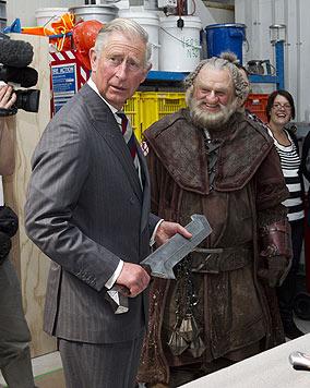 """Briten-Prinz Charles trifft Zwerg Dorin am """"Hobbit""""-Set (Bild: AFP)"""