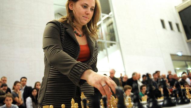 Großmeisterin Judit Polgar gewinnt 23 von 25 Partien (Bild: APA/HERBERT PFARRHOFER)