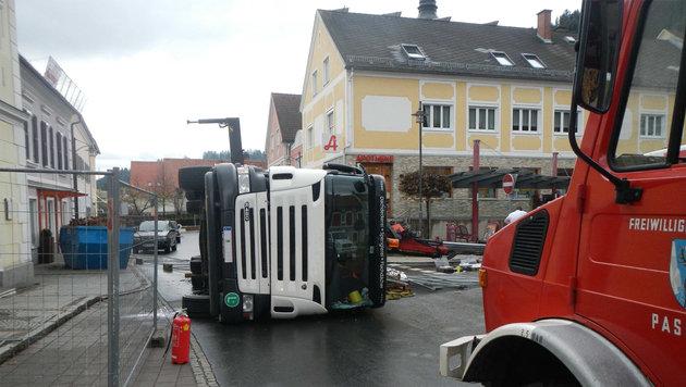 Kranwagen in der Stmk umgekippt: Fahrer tot (Bild: FF Passail)