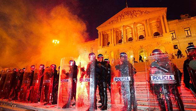 Krawalle mit Verletzten bei Protesten in Europa (Bild: EPA)