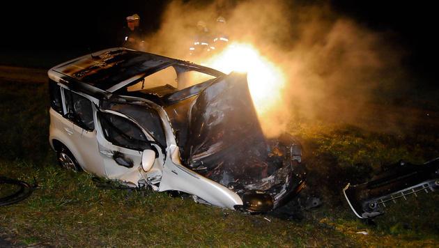 Auto landet in NÖ in Straßengraben und fängt Feuer (Bild: einsatzdoku.at)