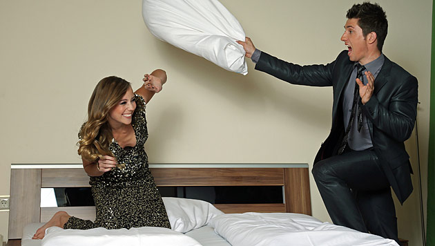 Im Bett mit Skistar Marcel Hirscher und Freundin Laura (Bild: Reinhard Holl)