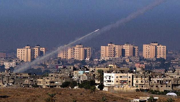 Weiter Luftangriffe auf Gaza - Raketen treffen Israel (Bild: EPA)