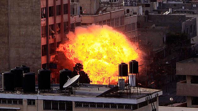 Toter und Verletzte bei Luftangriff auf TV-Gebäude (Bild: EPA)