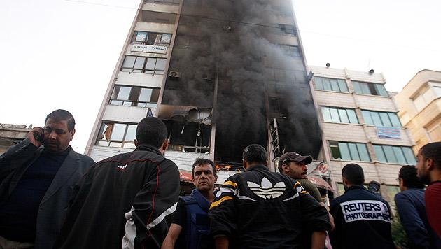 Toter und Verletzte bei Luftangriff auf TV-Gebäude (Bild: AP)
