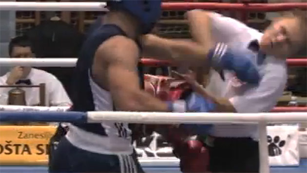 W�tender Boxer verpr�gelt den Ringrichter (Bild: YouTube.com)