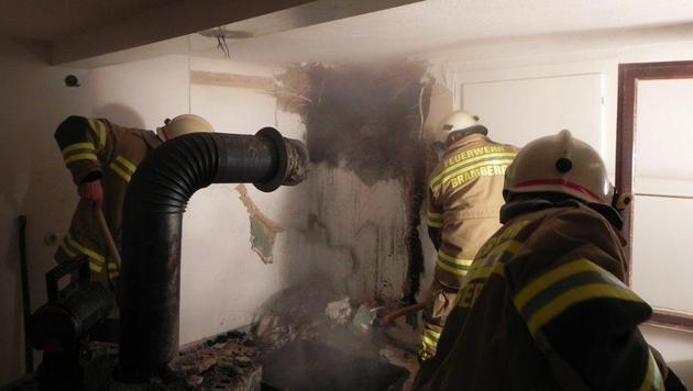 Stichflamme nach Kaminbrand: Haus schwer beschädigt (Bild: FF Bramberg)