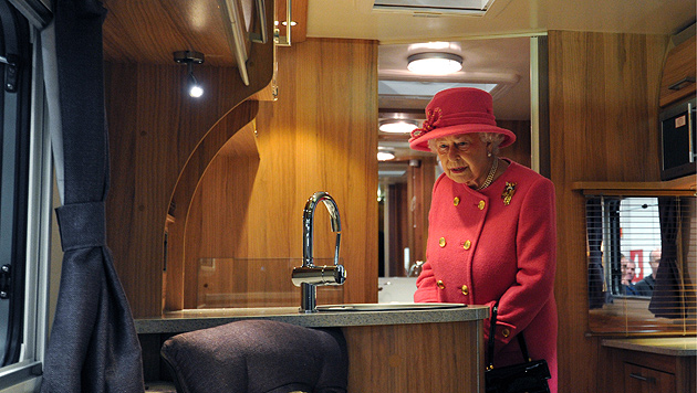 Queen Elizabeth II. tauschte Kutsche gegen Wohnmobil (Bild: AP)