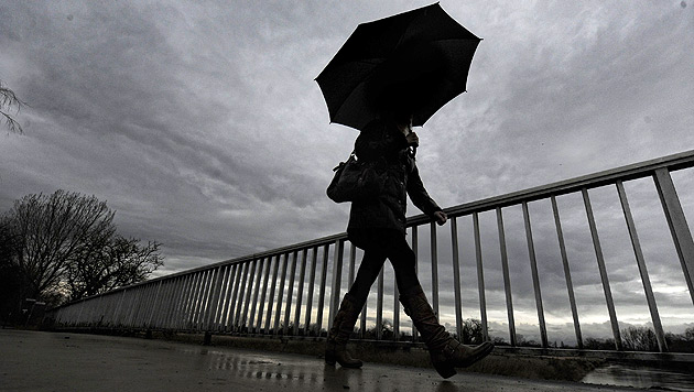 Regen, Wolken und frühlingshafte Temperaturen (Bild: dpa/Peter Steffen)
