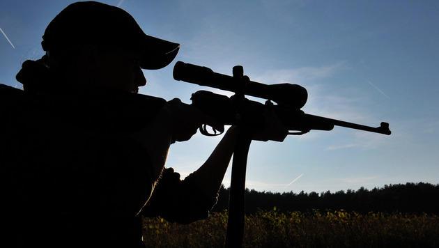 Jäger schießt im Dunkeln Hund auf Radweg nieder (Bild: dpa/Philipp Schulze)
