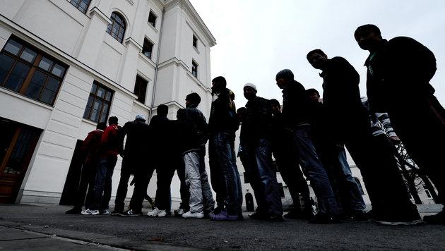 """Ortschef schlägt Alarm: Asylzentrum """"überfüllt"""" (Bild: APA/HANS KLAUS TECHT)"""