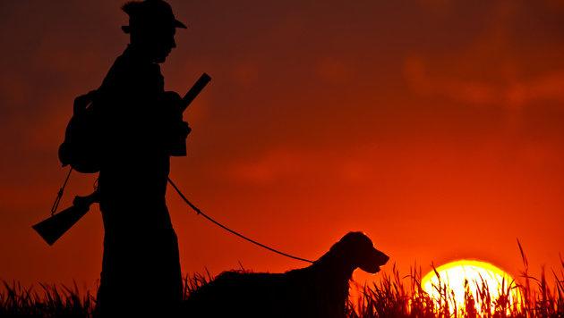 """Jäger bestehen auf ihren """"Tee mit Rum in der Früh"""" (Bild: dpa/Patrick Pleul (Symbolbild))"""