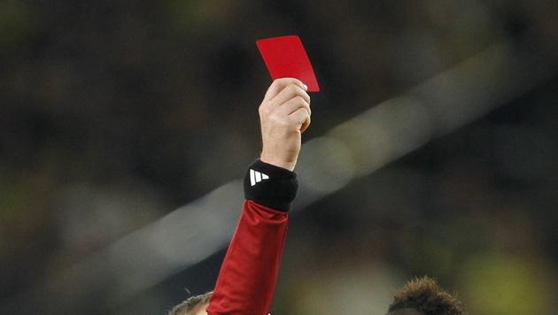 Spanischer Referee verliert Milz nach Attacke von Spieler (Bild: EPA (Symbolbild))