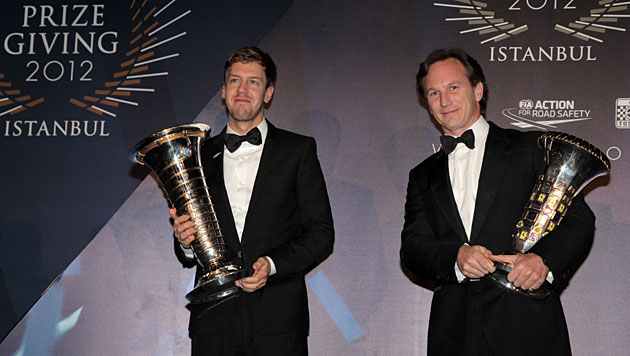Vettel erhielt WM-Pokal in Istanbul nach Verspätung (Bild: EPA/FIA)
