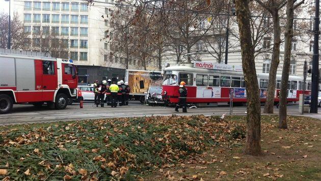 Bei Rot über Wiener Kreuzung: Auto krachte in Bim (Bild: Andi Graf)
