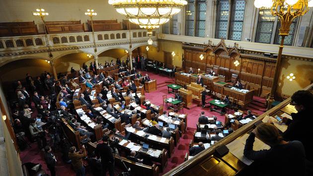 Debatte im Wiener Landtag um neue Asyl-Standorte (Bild: APA/HERBERT PFARRHOFER)
