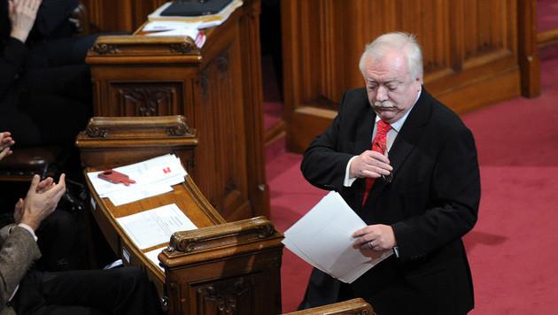Häupl präsentiert Fragen für Wiener Volksbefragung (Bild: APA/HERBERT PFARRHOFER)