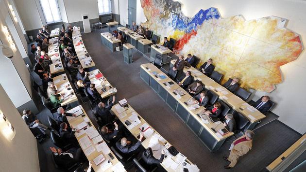 Landtag macht Weg für Neuwahlen in Kärnten frei (Bild: APA/Gert Eggenberger)