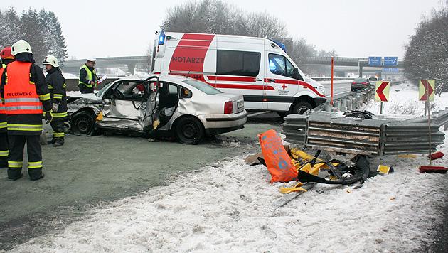 Auto prallt gegen Leitschiene - 4 teils schwer Verletzte (Bild: APA/FF SATTLEDT)