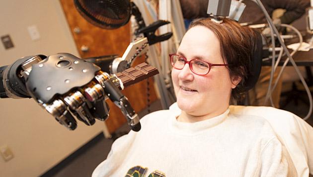 Gelähmte steuert Roboterhand durch Hirnsignale (Bild: UPMC)