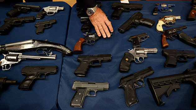 Nun Hälfte der US-Bürger für schärfere Waffengesetze (Bild: EPA)